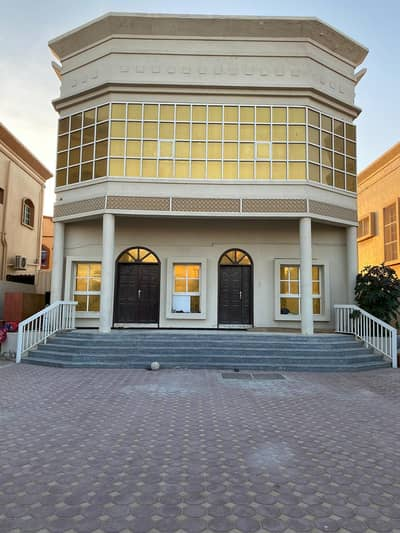 Villa for urgent sale in Ajman 5 thousand feet, two floors, 5 rooms, a majlis, a hall, monsters and air conditioners
