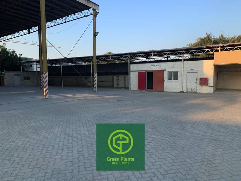 منطقة القوز الصناعية مساحة الأرض 51000 قدم مربع سقيفة مفتوحة ومكاتب مفروشة مع حمولة كهرباء 500 كيلو وات متصلة
