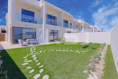 3 Bedroom Townhouse for Sale in Yas Island, Abu Dhabi - Luxurious Townhouse w/ Study & Maids Room.