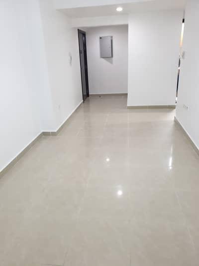 شقة 1 غرفة نوم للايجار في شارع حمدان، أبوظبي - Living Room