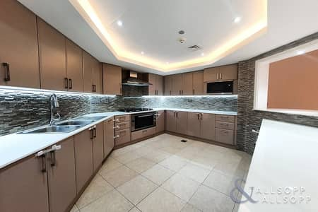 3 Bedroom Flat for Rent in Palm Jumeirah, Dubai - Beach Access | Refitted Kitchen | 3 Beds