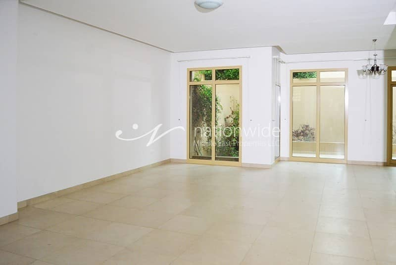 2 A Spacious Townhouse with Pool & Rental Back