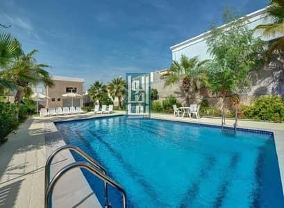 فیلا 3 غرف نوم للايجار في جميرا، دبي - Fully Renovated 3BR+M Shared Pool | Private Garden.