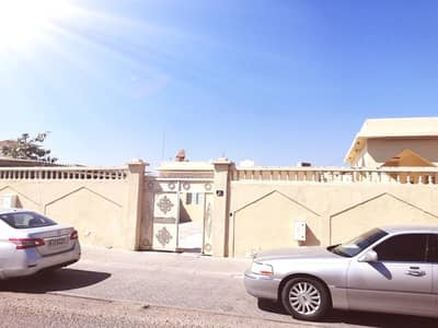 5 Bedroom Villa for Sale in Al Jazzat, Sharjah - Traditional house for sale in the emirate of Sharjah, Al Jazzat (Al-Raqqa suburb)
