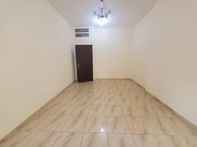 شقة 2 غرفة نوم للايجار في مصفح، أبوظبي - شقة فاخرة من غرفتي نوم وصالة في مبنى في موقع رئيسي في المصفح الشعبية 12