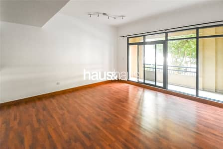 3 Bedroom Apartment for Rent in The Greens, Dubai - Wooden Flooring | Ground floor | Mid May