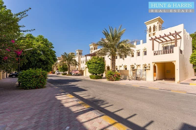 2 With Private Garden - 4 Bedroom Townhouse