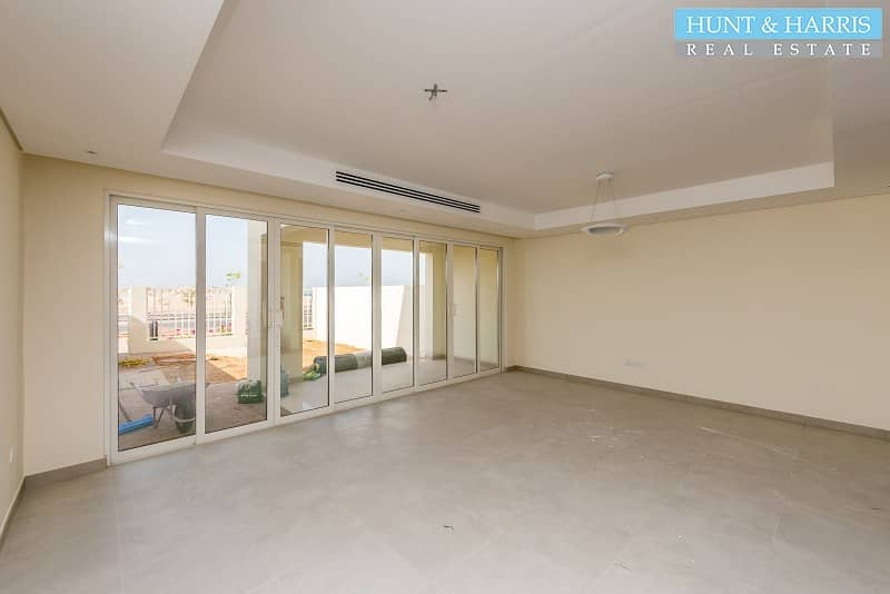 2 Beach Townhouse with Sea View |Tenanted| Priced to Sell|