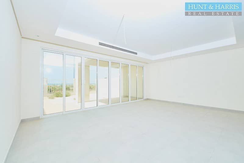 2 Front line Beach View - Spacious Modern Family Home