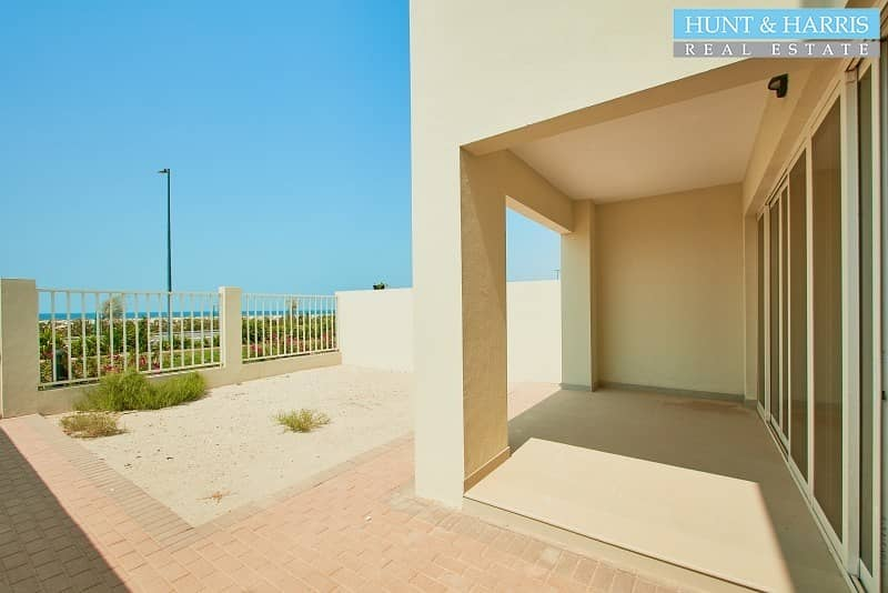 16 Front line Beach View - Spacious Modern Family Home