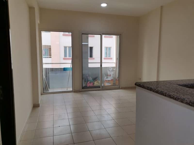 شقة في الحي البريطاني المدينة العالمية 1 غرف 305000 درهم - 3667595