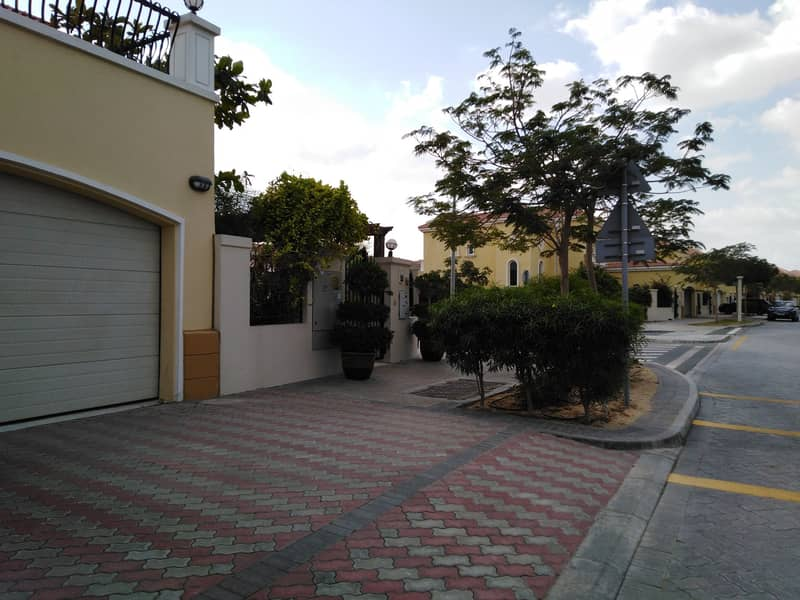 2 4 Bedroom small  with large plot jumeirah Park