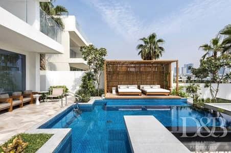 4 Bedroom Villa for Sale in Palm Jumeirah, Dubai - Luxuriours Beach Front Villa In 5 Star Five Palm