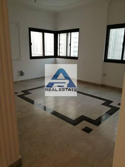 فلیٹ 4 غرف نوم للايجار في شارع المطار، أبوظبي - Beautiful Spacious 4 bhk ! Maids Room ! Balcony