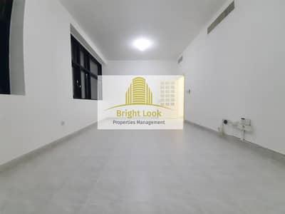 شقة 2 غرفة نوم للايجار في شارع المطار، أبوظبي - Well Maintained & Affordable 2 BHK with  Wardrobes  & Balcony|50,000/Year | 4 Payments