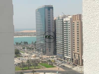 فلیٹ 3 غرف نوم للايجار في شارع حمدان، أبوظبي - Grab this Unit! Spacious 3BR Apt  Balcony w/ Nice Outside View