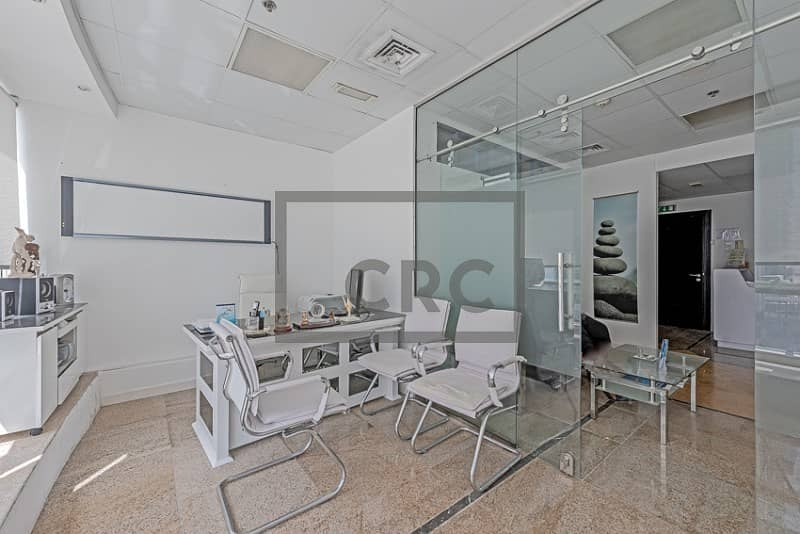 Clinic ready with 2 washrooms /  Low floor