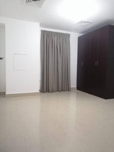 فلیٹ 2 غرفة نوم للايجار في الوحدة، أبوظبي - شقة في شارع الوحدة (شارع دلما) الوحدة 2 غرف 52000 درهم - 5213375