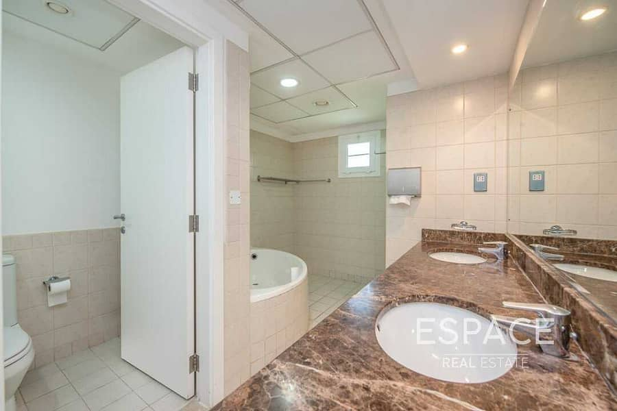 13 Large Landscaped Garden | Close to Park and Pool