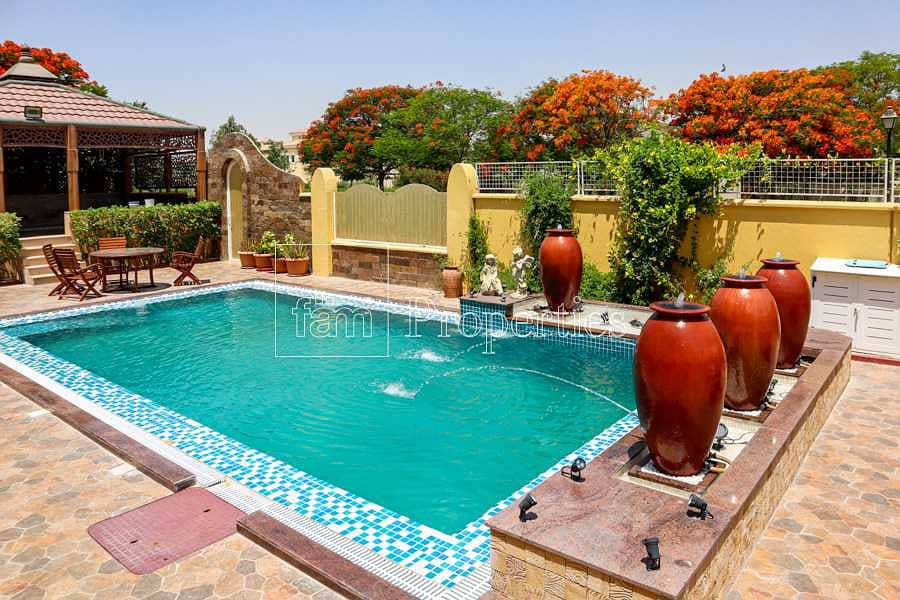 Luxurious villa with landscaped gardens & pool!