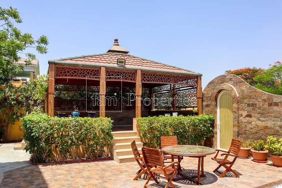 2 Luxurious villa with landscaped gardens & pool!