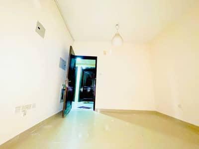 استوديو  للايجار في مويلح، الشارقة - Close to Safari Mall No Deposit Studio with Seprate kitchen only 10k