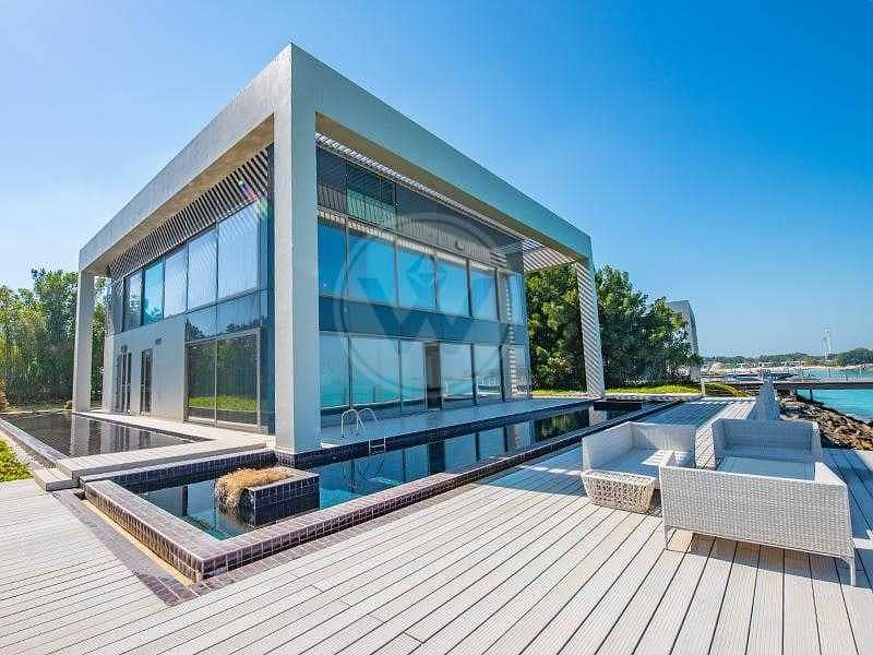 2 Contemporary luxury directly on and over the sea!