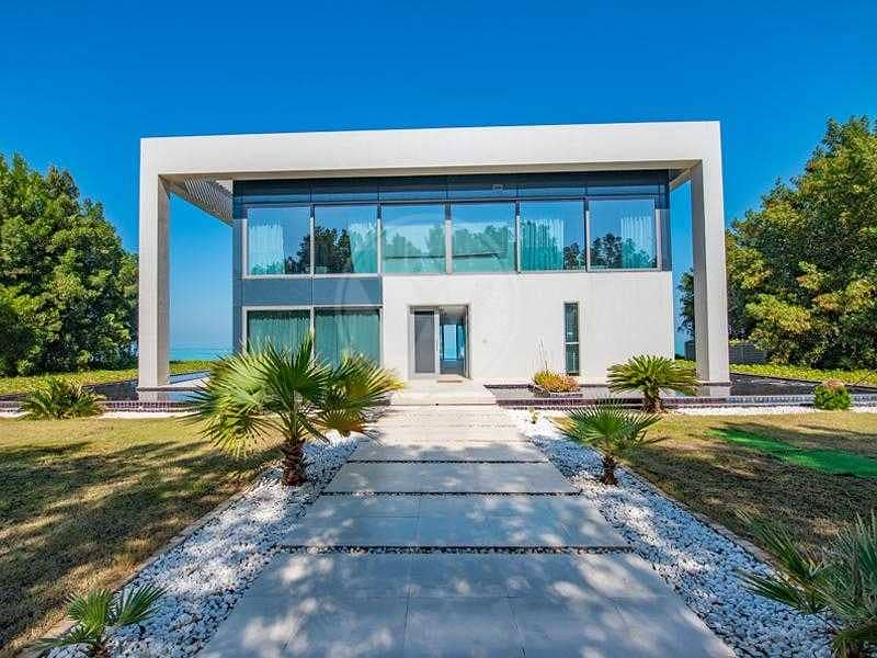 23 Contemporary luxury directly on and over the sea!