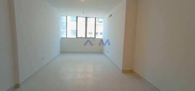 شقة 2 غرفة نوم للايجار في الخالدية، أبوظبي - 2 Bed room with maids room apartment | Brand New & Spacious | Affordable