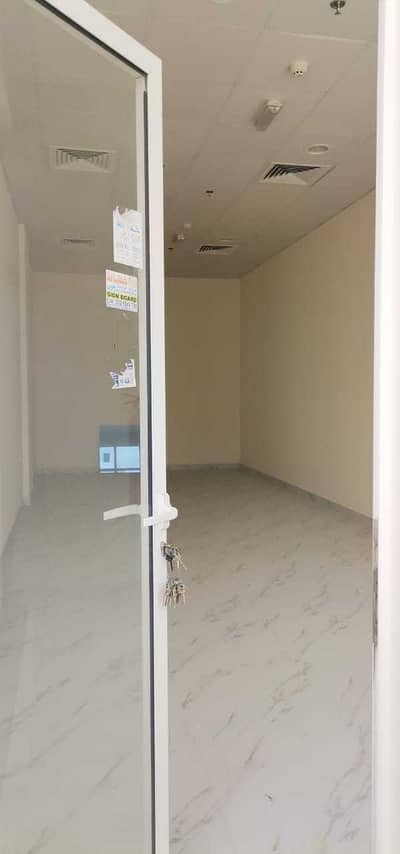 Shop for Rent in Al Rawda, Ajman - A new commercial store on a main street to start your project with a large area.