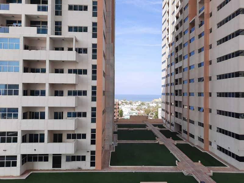 شقة للبيع بعائد استثماري جيد في أبراج عجمان وان 3 غرفة وصالة أطلاله بحر