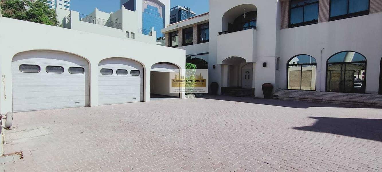 Royal Villa! 9 BHK villa in Corniche Khalidiya