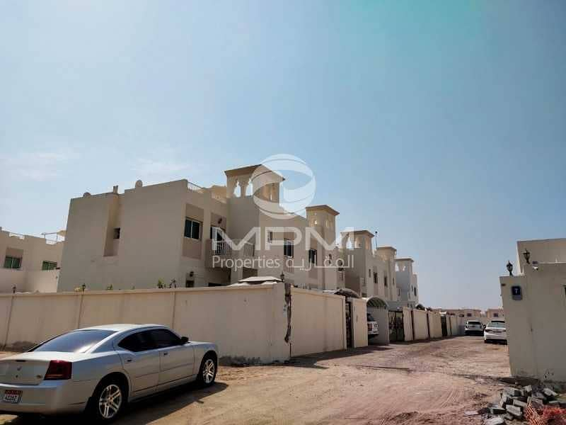 2 Spacious & Clean 5 Bedroom Villa with Maids and yard