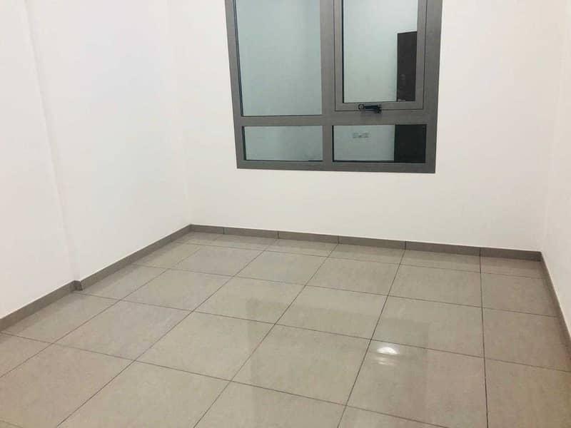 مستثمر صفقة بناية جديدة للبيع بدخل 11٪ | تشطيب جيد | موقع متميز على الطريق الرئيسي في عجمان