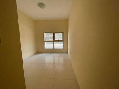 فلیٹ 1 غرفة نوم للايجار في مدينة الإمارات، عجمان - غرفة نوم واحدة مع موقف سيارات في برج الزنبق