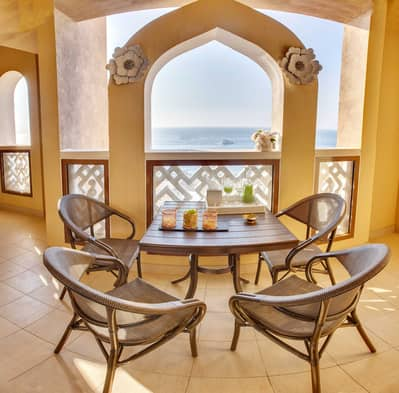 2 Bedroom Flat for Rent in Palm Jumeirah, Dubai - Beautiful balcony with calming sea view
