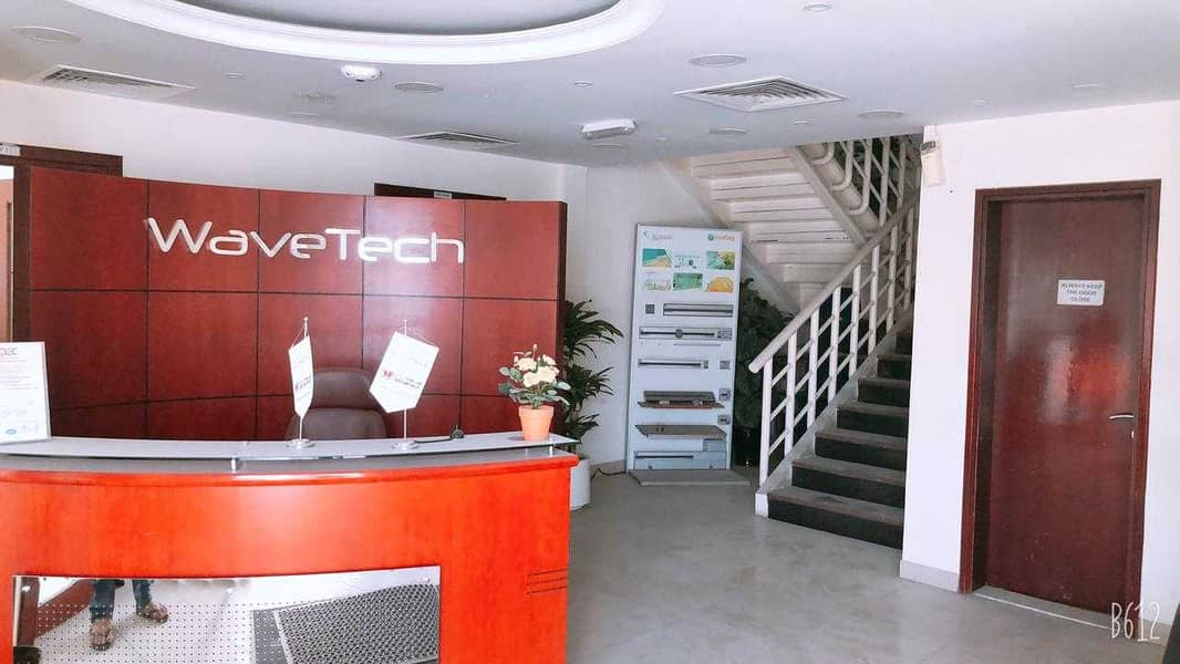 مبنى مكاتب خاص بحتوي على 3 مستودعات  جاهز للسكن وشهر مجاني