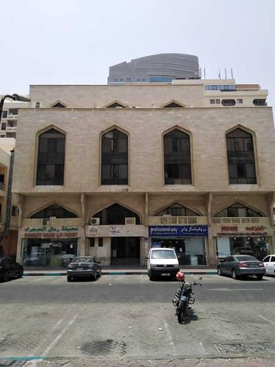مبنى سكني  للبيع في شارع حمدان، أبوظبي - للبيع بناية في شارع حمدان