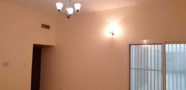 شقة 2 غرفة نوم للايجار في القرهود، دبي - Living room