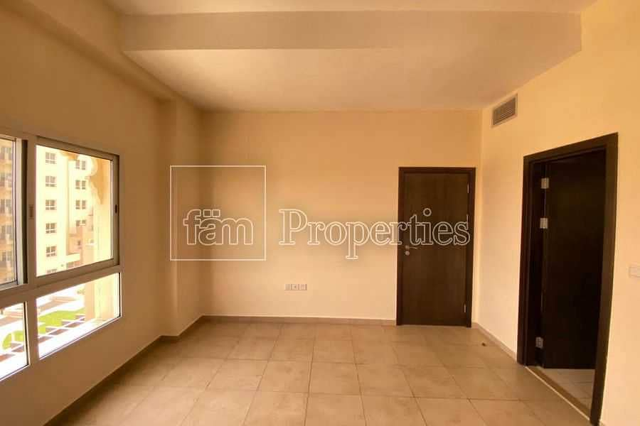 Immaculate 1bed Unit With Closed Kitchen & Balcony