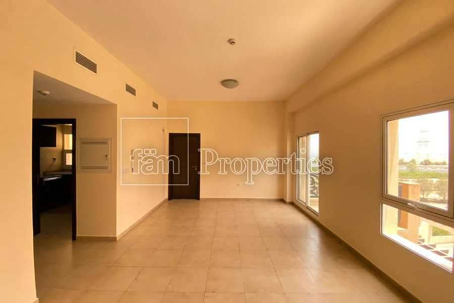 12 Immaculate 1bed Unit With Closed Kitchen & Balcony