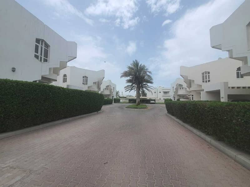 17 5bhk compound villa in jumeirah 1 rent is 155k