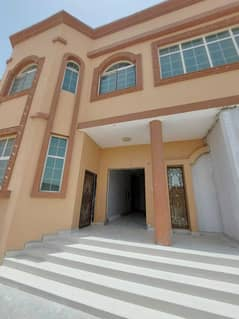 مجلس يضم 4 غرف نوم رئيسية مع ساحة أمامية خاصة