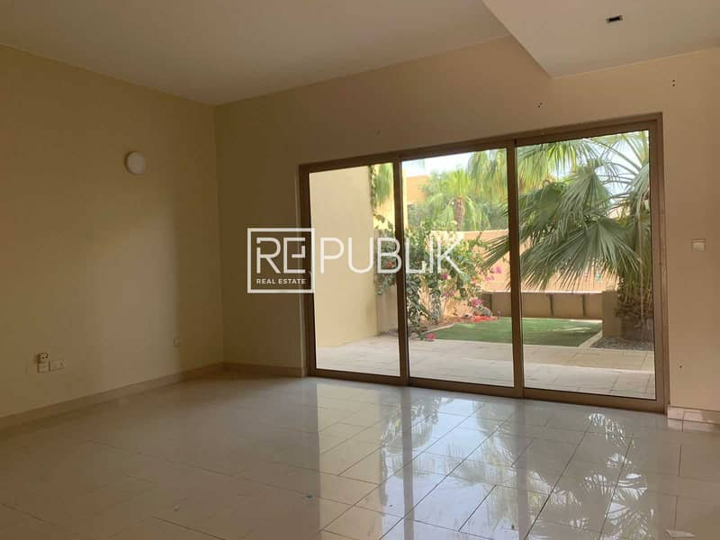 2 Well Maintained 4BR Townhouse w/ Landscaped Garden