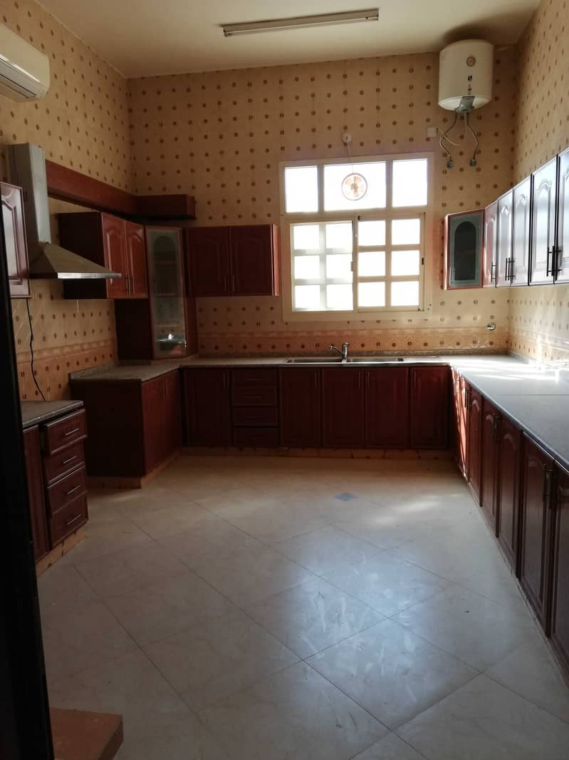 PROPER NEAT AND CLEAN EXCELLENT FIRST FLOOR FULL OF VILLA WITH SEPARATE ENTRANCE 3BHK WITH SEPARATE MAJLIS 4BATH BALCONY NEAR MAKHANI MALL AT MBZ 70K