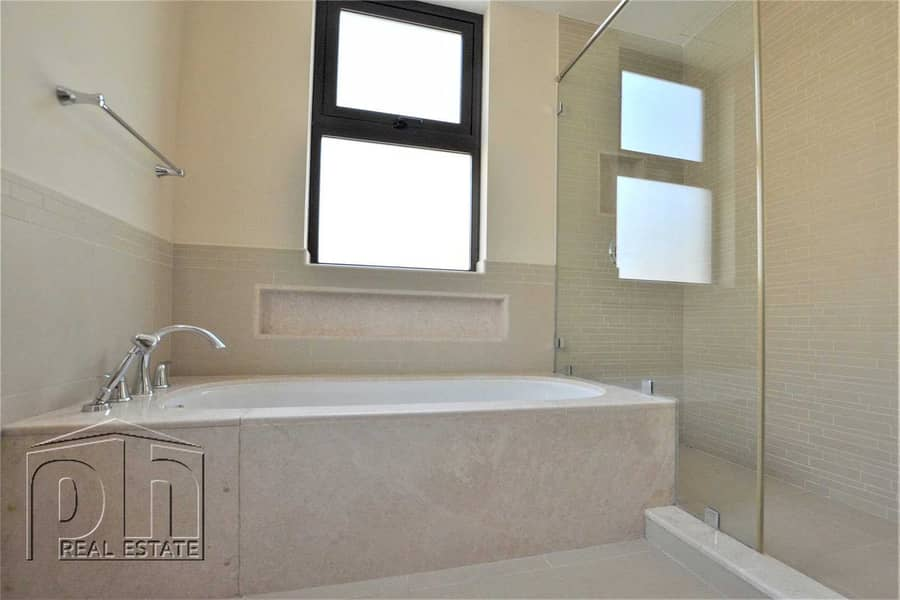 18 4 Bed | Upgraded | Close To Pool |