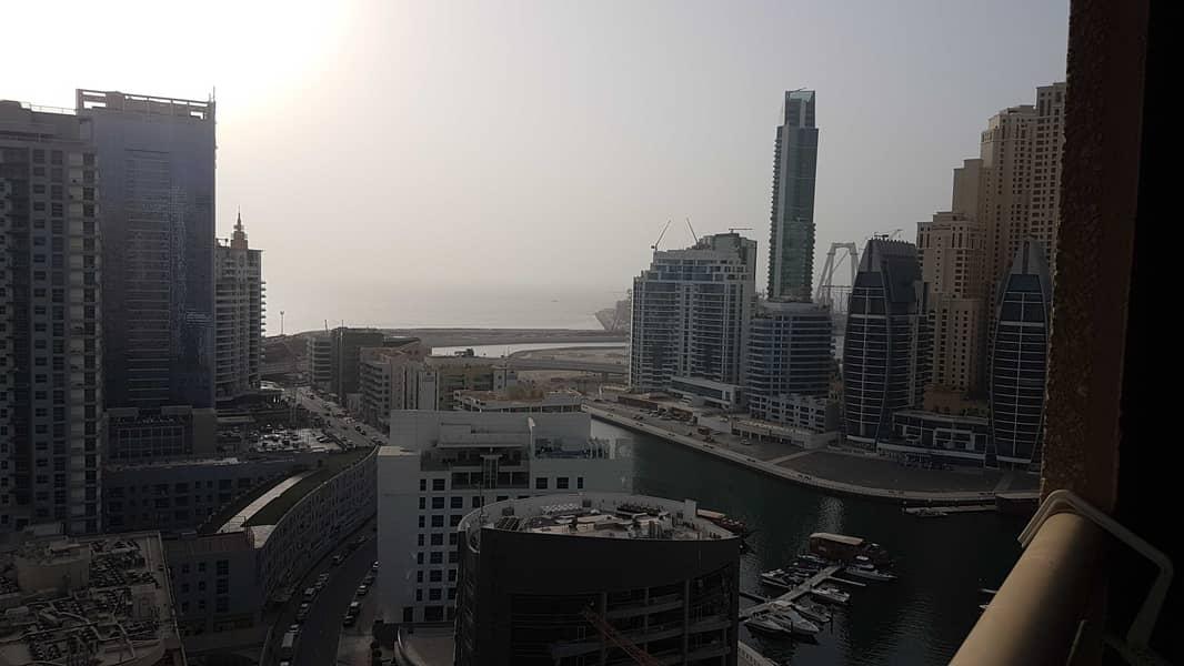 صالة فسيحة من غرفتي نوم للإيجار عند 60 ألف في برج مانشستر دبي مارينا مع إطلالة جزئية على المارينا