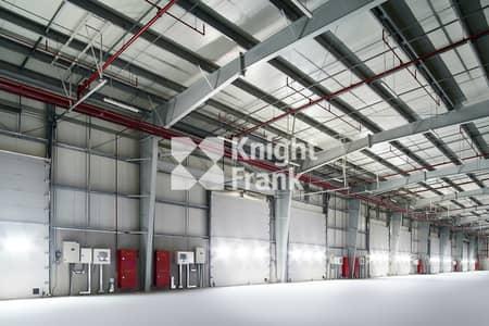 مستودع  للايجار في الظفرة، أبوظبي - High-Quality Warehouse | 300 KW | 6 Loading Doors