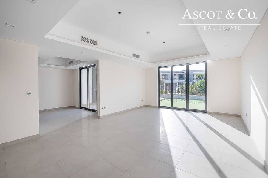 2 4 BED | SPACIOUS LIVING | MID UNIT | OCT