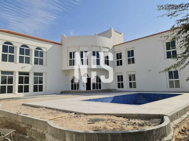 Spacious Villa with Swimming Pool & Backyard .
